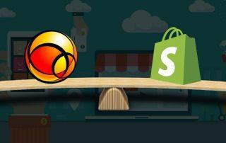 Balança de madeira com logomarca do Uol e Shopify em cada lado sob fundo escuro