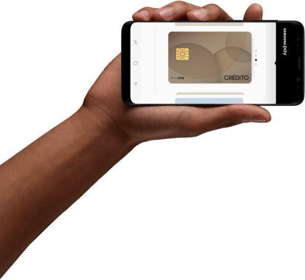 Mão segurando celular mostrando código gerado após compra