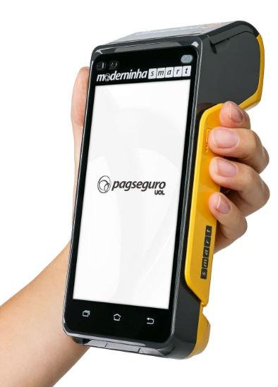 Mão segurando Moderninha Smart mostrando imagem lateral