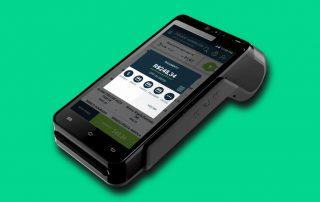 Foto ilustrativa da máquina PDVend Pay com fundo verde