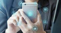 Mulher segurando celular com imagens ilustrativas de elementos financeiros em volta do aparelho