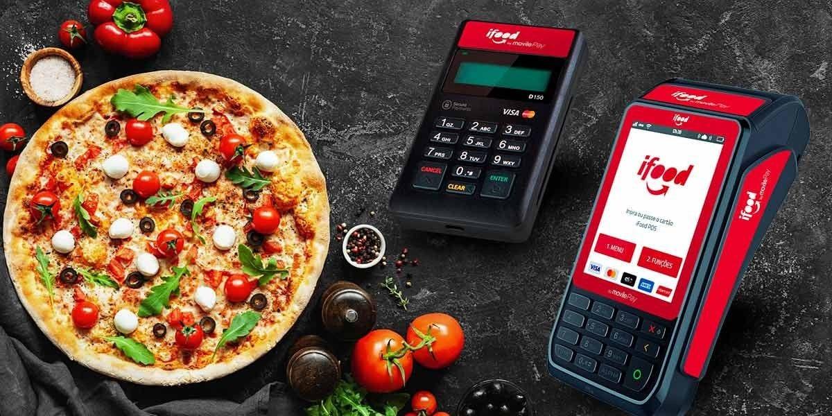 Máquinas iFood com pizza ao lado