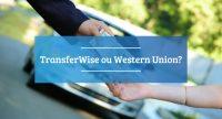 Mão entregando dinheiro para outra mão com carro ao fundo abaixo de texto Trnasferwise ou Western Union