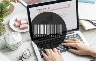 Ilustração de um notebook sobre uma mesa mostrando a tela de uma loja virtual e código de barras de um boleto