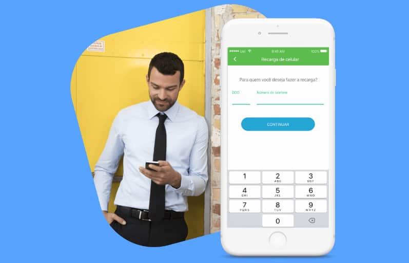 Ilustração de um homem segurando a maquininha do PagSeguro e um celular ao lado com a tela exibindo a Conta Digital