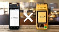 Máquinas de cartão Moderninha Smart e Pro de pé em cima de balcão de loja