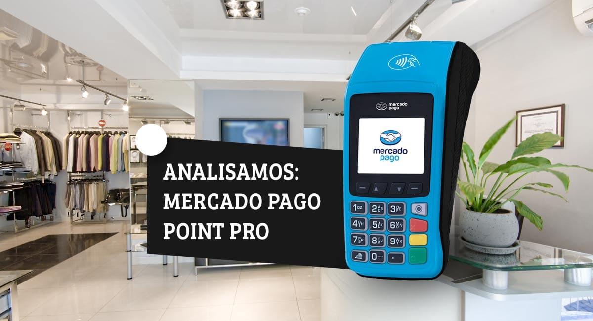 Máquina de cartão Mercado Pago Point Pro em frente aà imagem de uma loja com o texto analisamos
