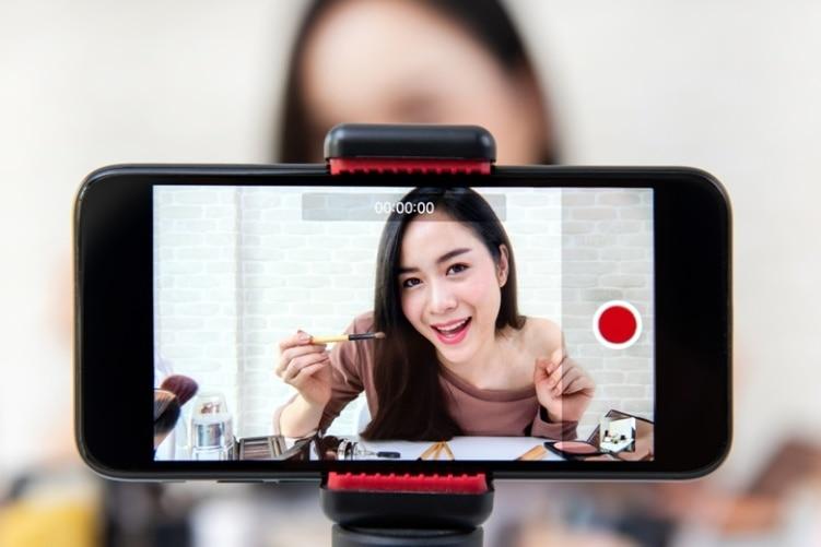 Ilustração de um vídeo mostrando uma garota no smartphone