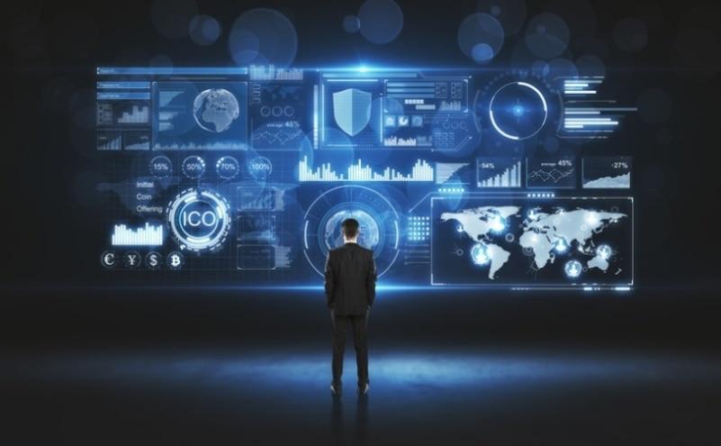 Ilustração de um homem de costas olhando para dados em uma tela