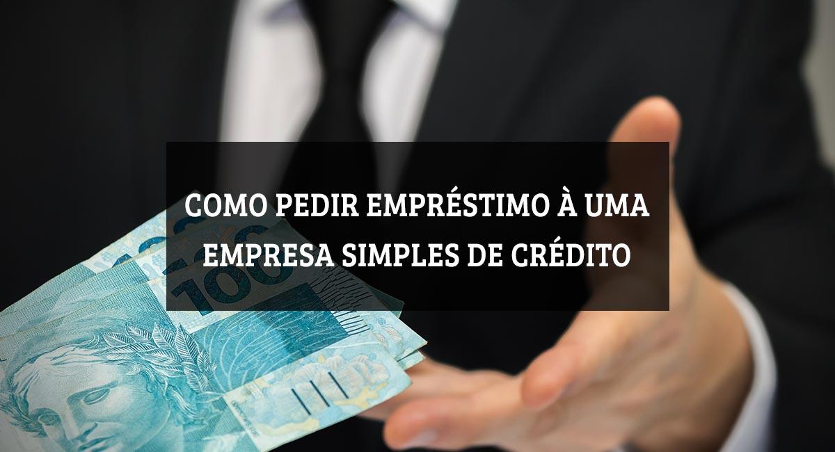 Mão recebendo notas de dinheiro com o texto como pedir empréstimo à empresa simples de crédito