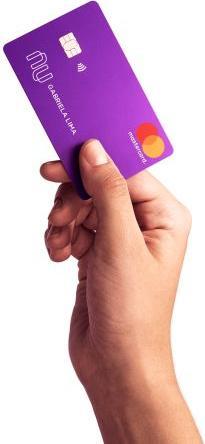 Ilustração mostrando mão segurando cartão de crédito do Nubank