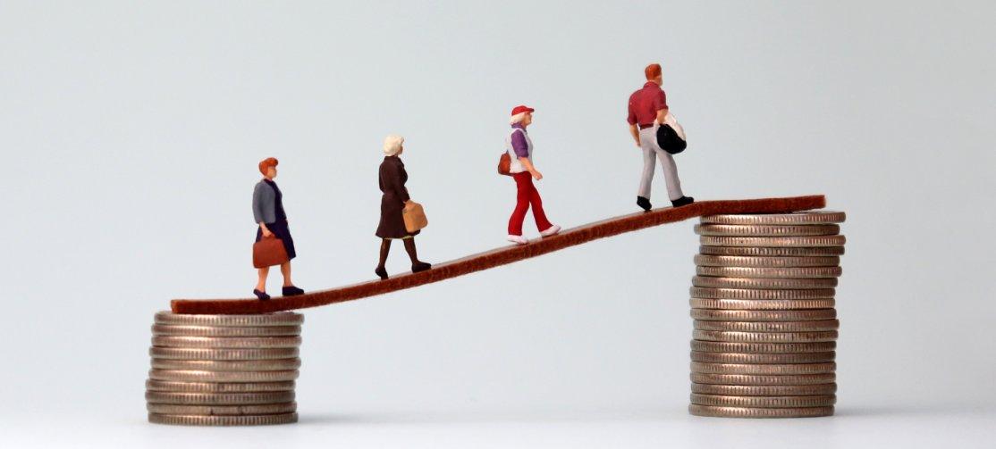 Ilustração mostrando pessoas andando sobre uma rampa ascendente apoiada em pilhas de moedas