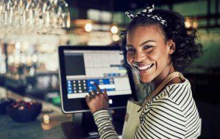 Ilustração de uma funcionária de restaurante usando sistema PDV