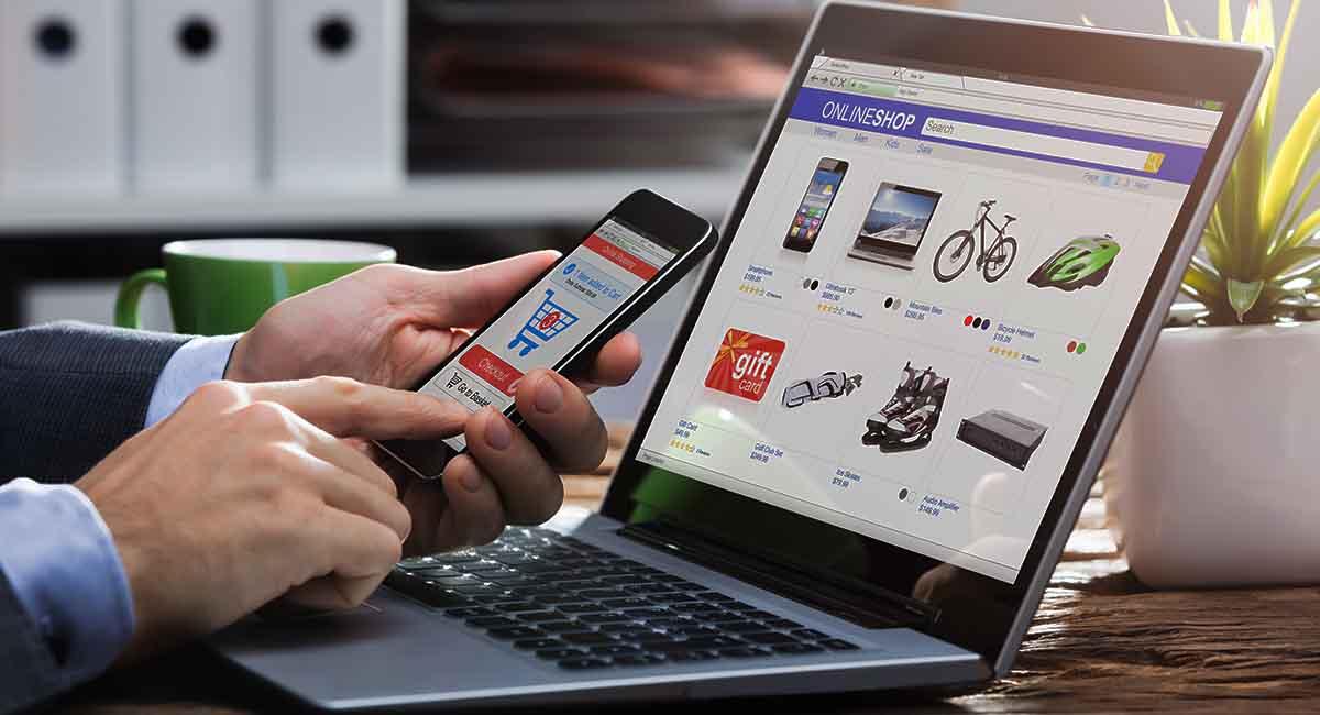 Ilustração de um homem realizando compras pelo celular e computador em uma loja virtual