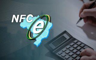 Ilustração de fundo cinza, contendo o mapa do Brasil, símbolo NFC-e, e uma pessoa segurando uma caneta e usando uma calculadora