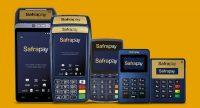 Cinco modelos de máquinas de cartão SafraPay sobre fundo amarelo
