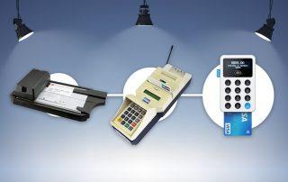 Ilustração com fundo azul de três tipos de terminais de pagamento eletrônico