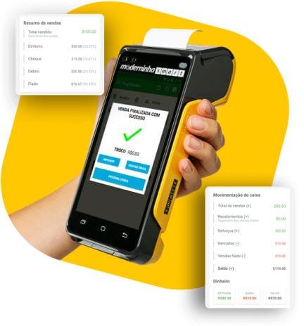 Mulher segurando Moderninha Smart com app PagVendas na tela em fundo amarelo