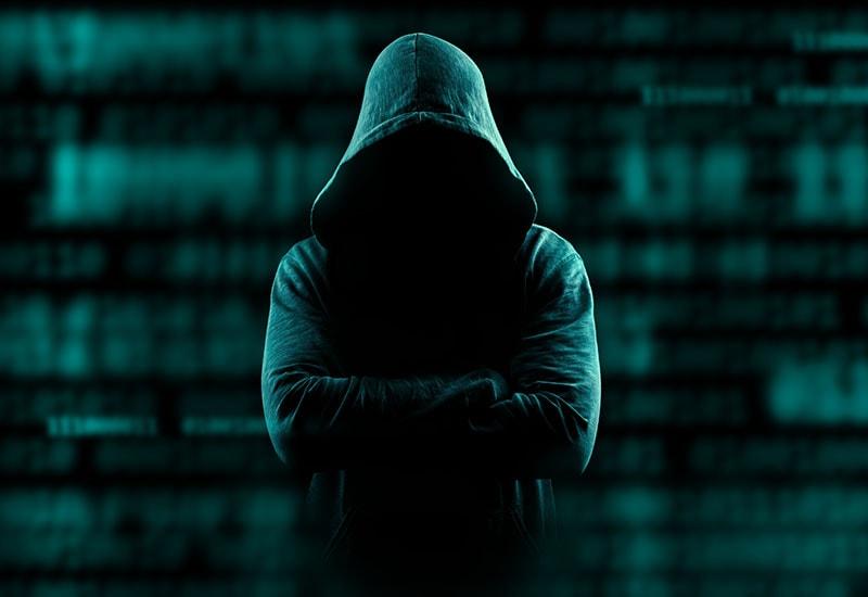 Hacker com capuz em fundo digital