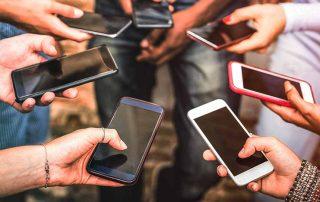 Grupo de amigos usando seus smartphones