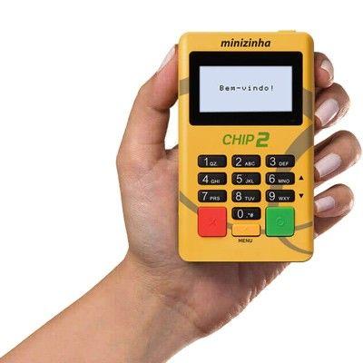 Minizinha Chip 2 sendo segurada por uma mão