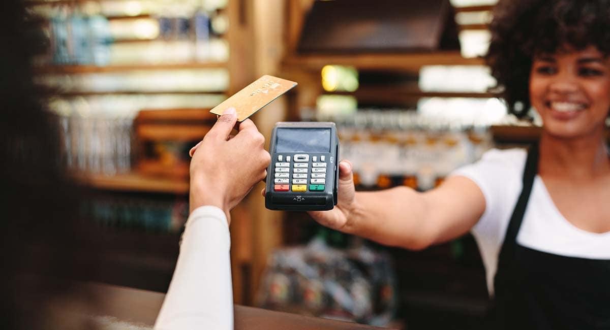 Cliente fazendo pagamento sem contato com cartão de crédito