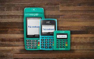 Máquinas de cartão Mega Pop, Pop Credicard e Mini Pop em fundo imitando madeira