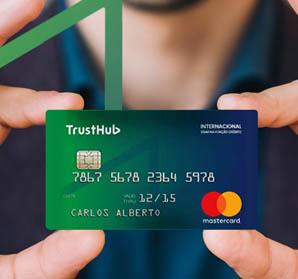 Mãos segurando cartão pré-pago TrustPay