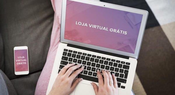 Celular e laptop no colo de mulher sentada em sofá marrom com o texto loja virtual grátis na tela