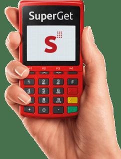 Mão segurando a máquina de cartão SuperGet Com Chip