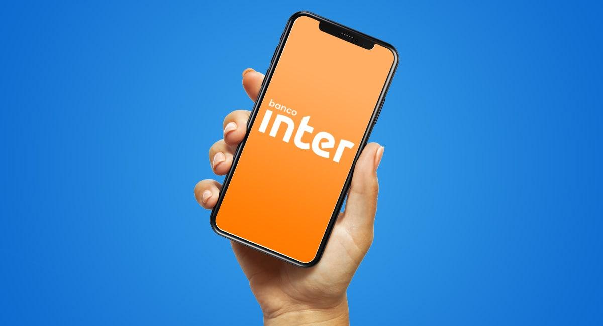 celular mostrando logo do Banco Inter sob fundo azul