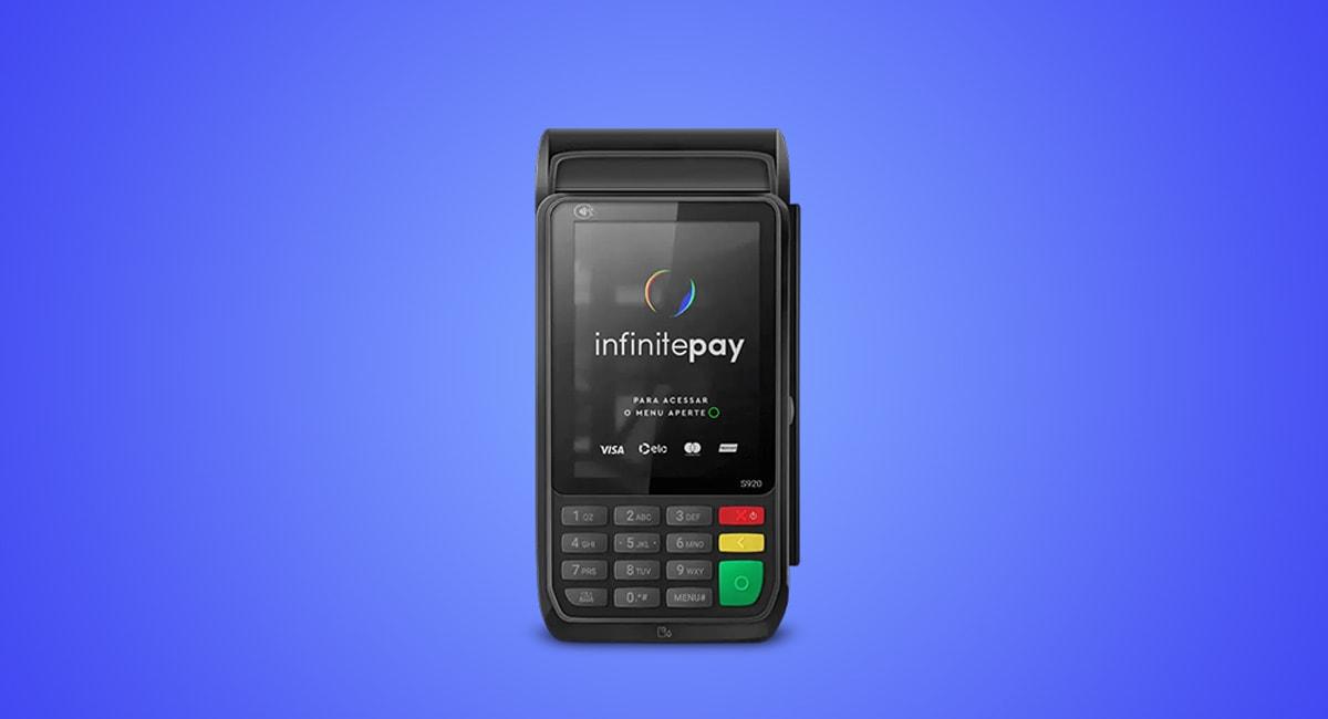 Maquininha InfiniteBlack da InfinitePay sob fundo azul