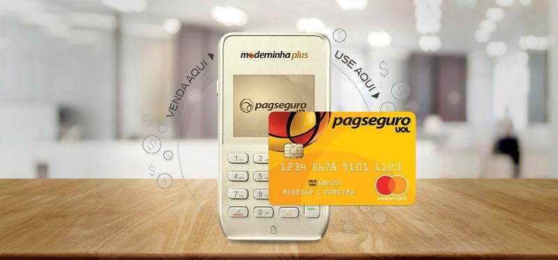Moderninha Plus em uma mesa e Cartão Pré-Pago PagSeguro