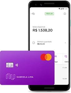 Celular mostrando aplicativo Nubank ao lado do cartão de débito
