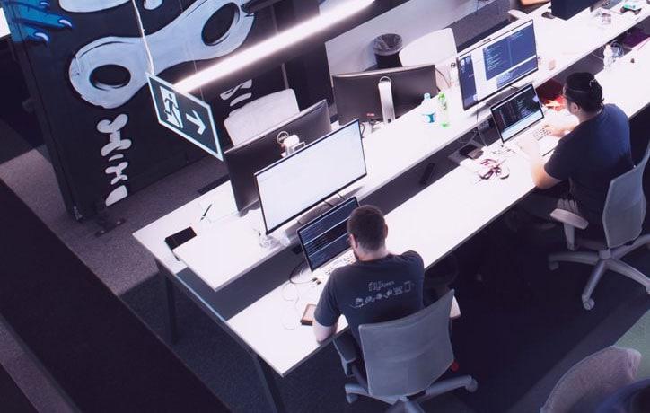 Foto da área de trabalho do escritório do Nubank
