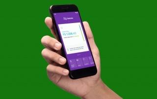 Mão segundo celular com app Nubank