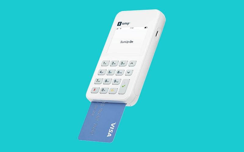 SumUp On de lado em funco azul de lado com cartão