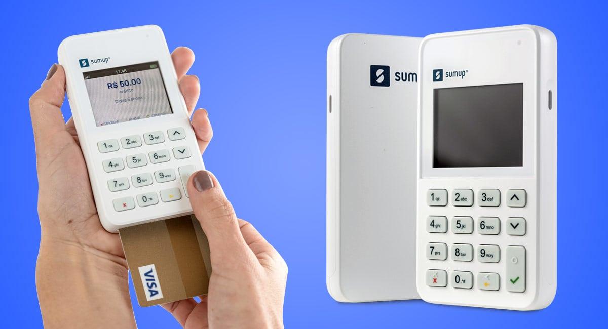 Mão segurando SumUp On com cartão inserido e maquininha de pé ao lado, mostrando fremte e verso