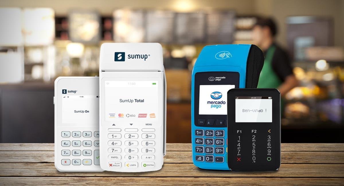 SumUp On e Total ao lado de Mercado Pago Point Pro e I sobre mesa com balcão e vendedor ao fundo