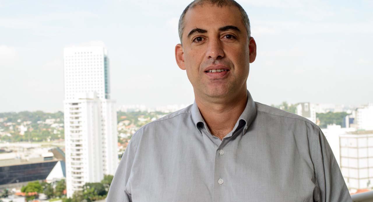 Robson Campos CEO Acqio com os prédios de Sâo Paulo ao fundo
