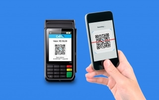 Máquina Cielo Flash aceitando pagamento via QR Code por meio de um celular