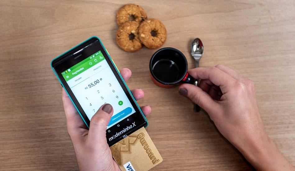 Máquina de cartão Moderninha X recebendo pagamento com cartão