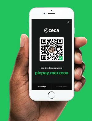 Mão segurando celular com tela mostrando QR code no app PicPay