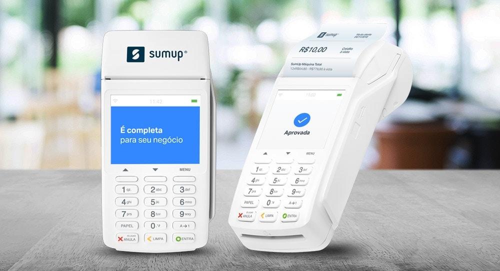 Imagem ilustrativa da SumUp Total em dois ângulos de pé em mesa
