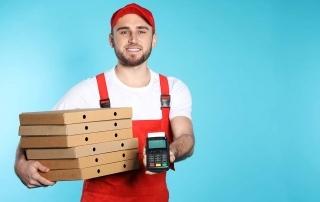Entregador de pizza com máquina de cartão