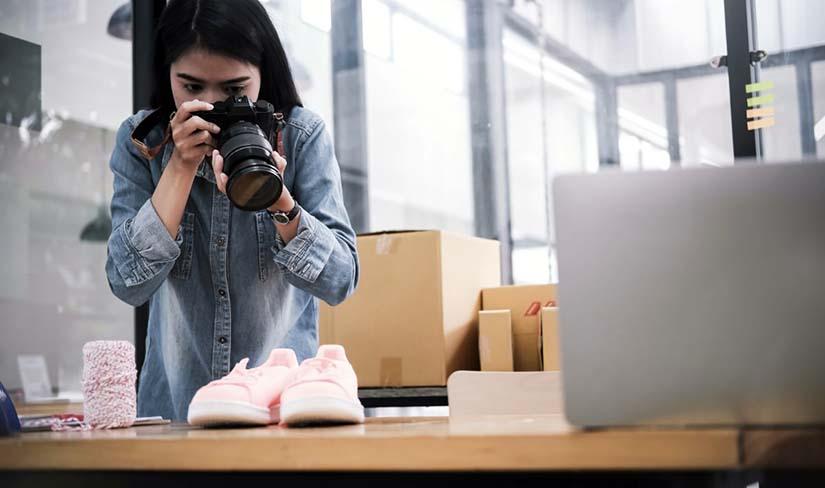 Mulher tirando foto de produtos para loja virtual