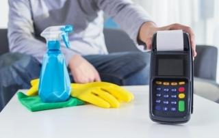 Produtos de limpeza ao lado de máquina de cartão