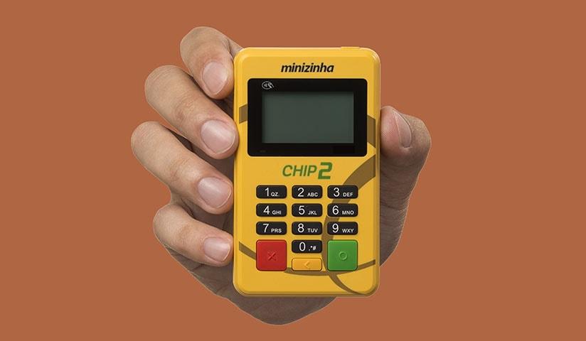 Mão segurando Minizinha Chip 2