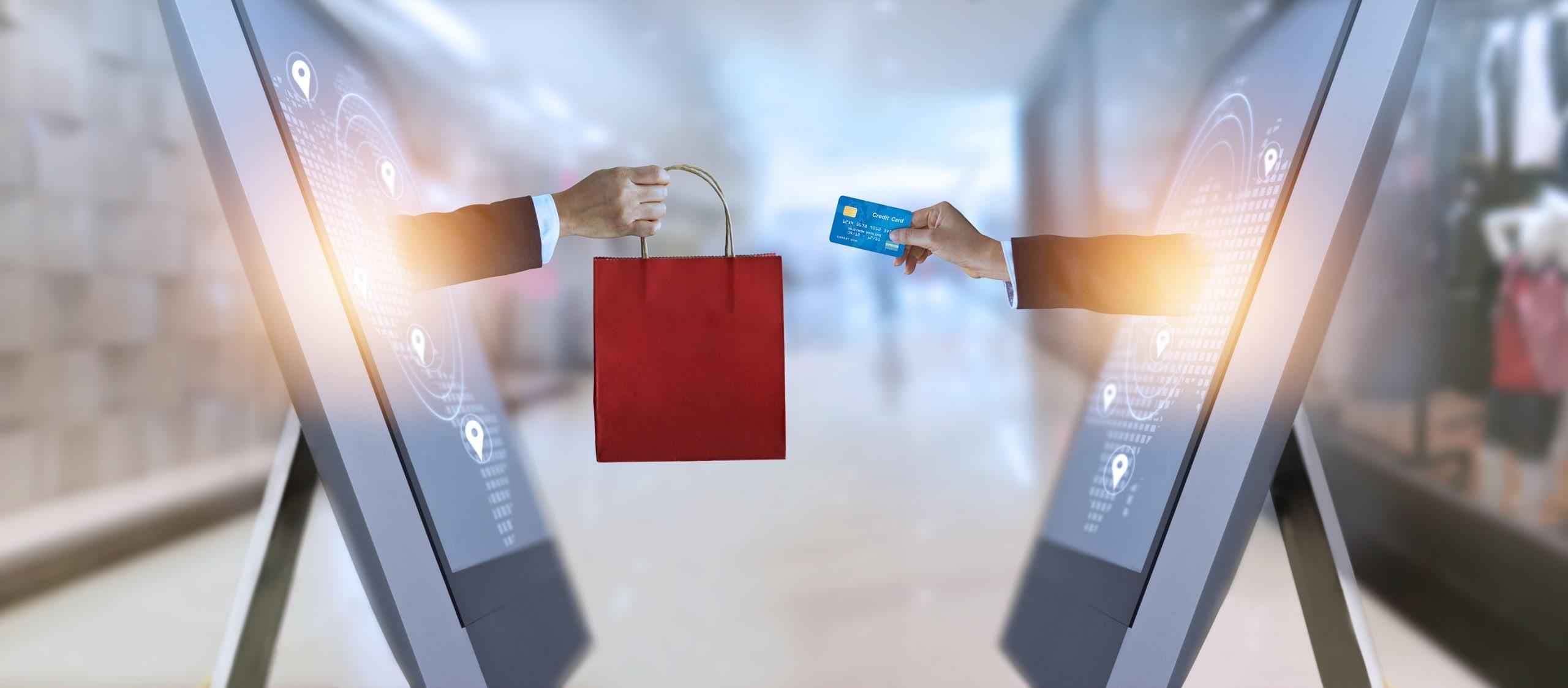 Sacola de compras entregue a mão com cartão saindo de celular
