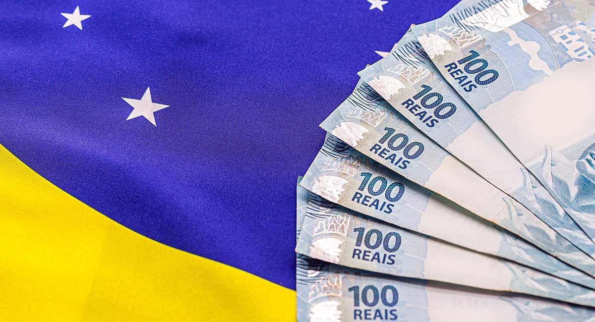 600 reais doe auxilio emergencial sobre a bandeira do Brasil